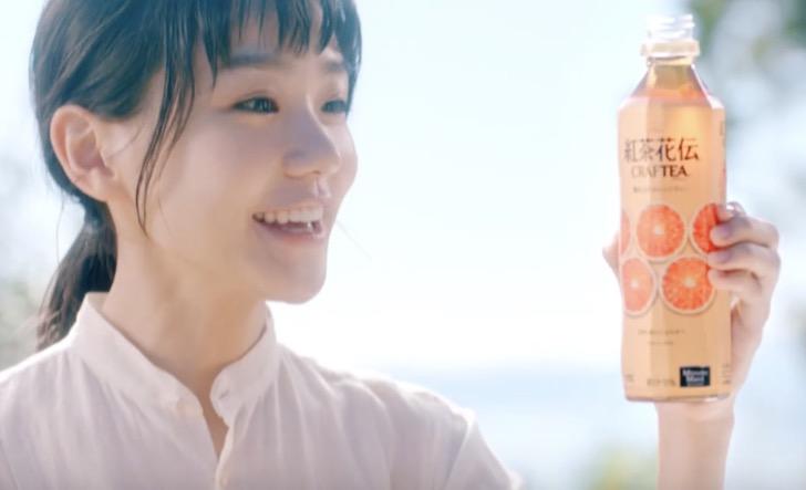 『紅茶花伝』CMサウンドロゴを歌っています
